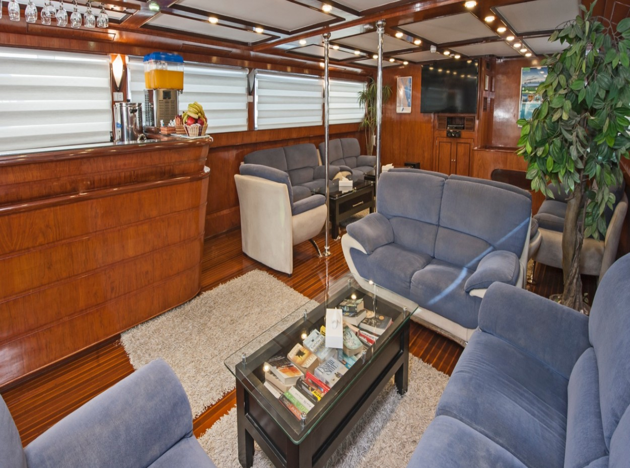 M/Y blue Fin liveaboard saloon/lounging area