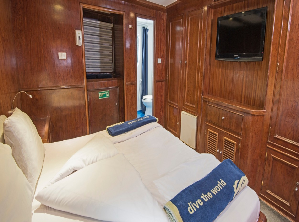 M/Y blue Fin liveaboard double bedroom