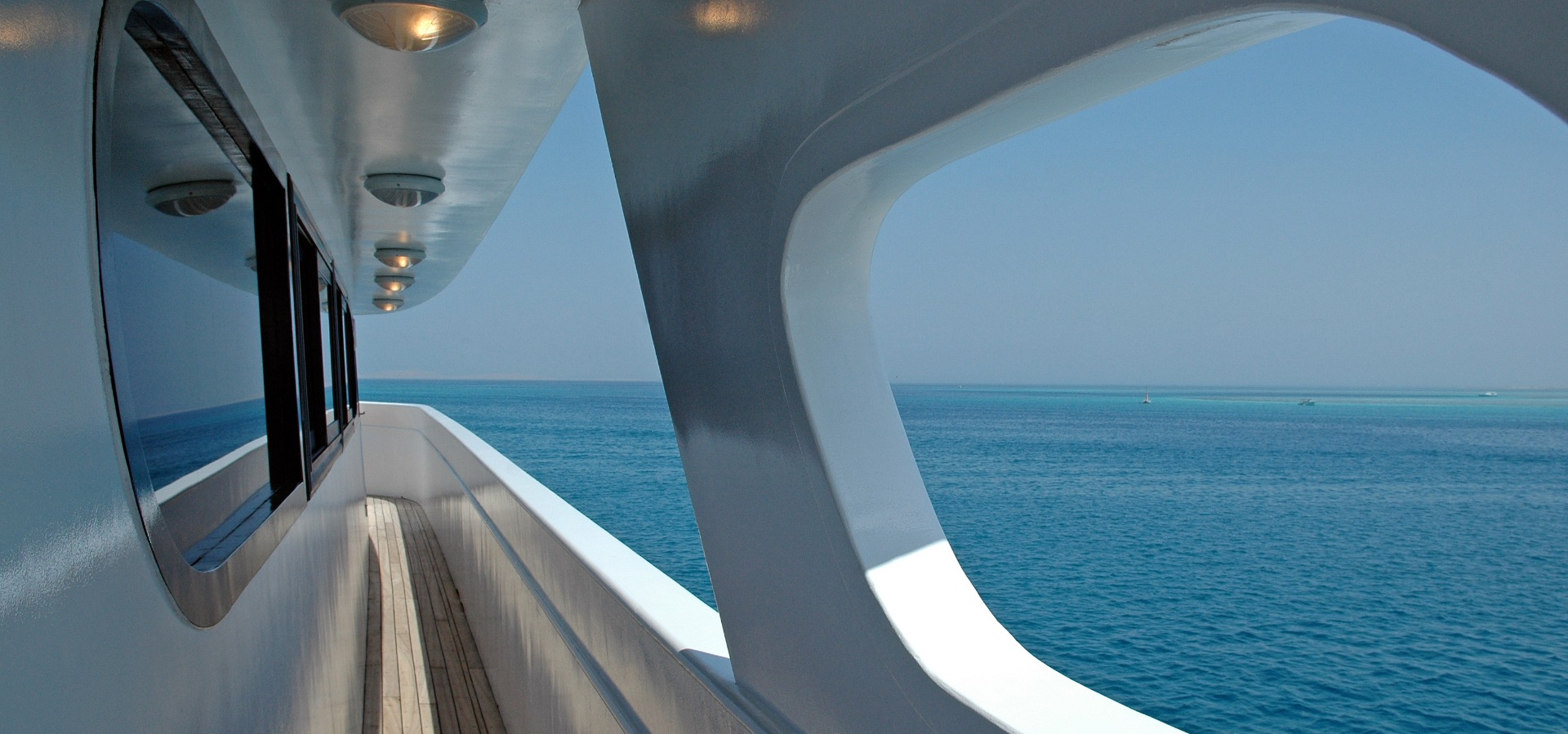 M/Y blue Horizon liveaboard diving starboard walkway